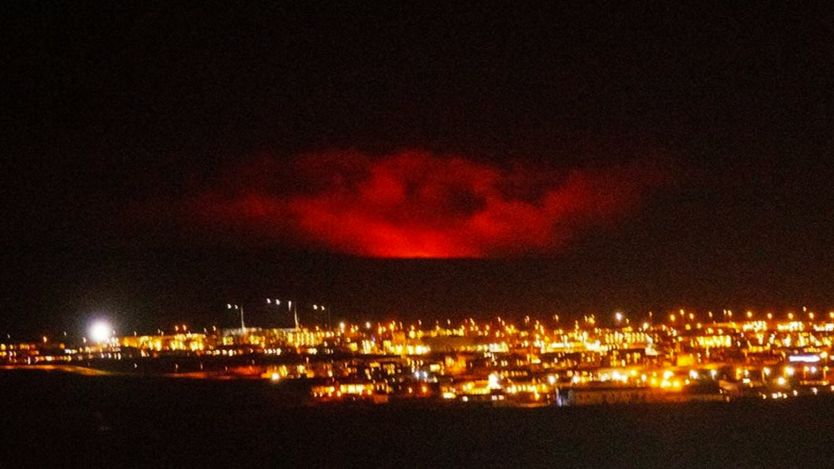iceland-volcano-eruption-red-glow