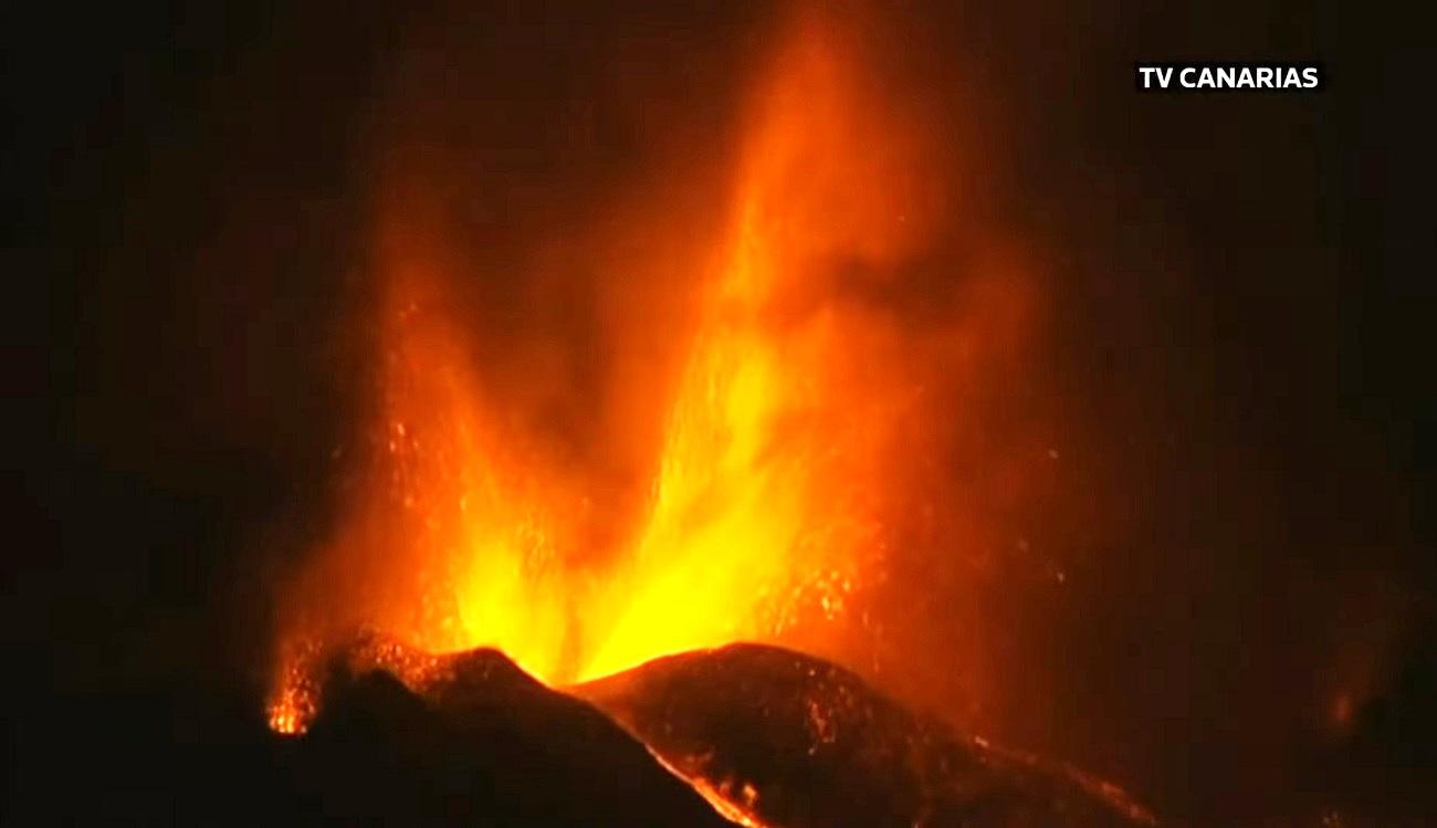 la-palma-cumbre-vieja-volcano-canary-islands-eruption-2021-lava-fountain
