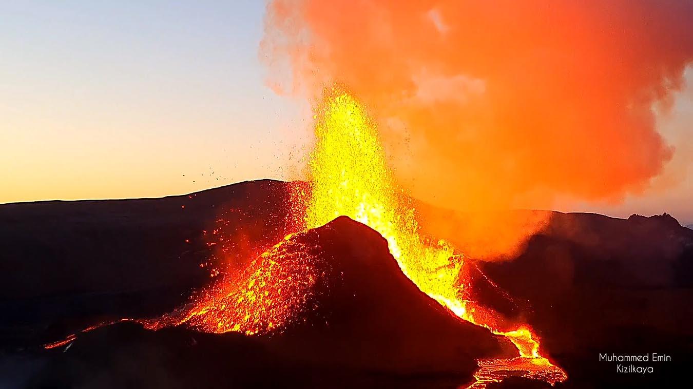 volcano-eruption-iceland-lava-fountain