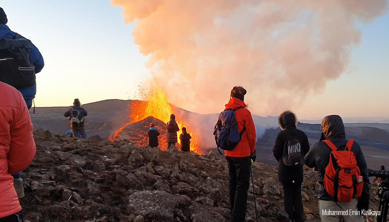volcano-eruption-iceland-lava-fountains-observers
