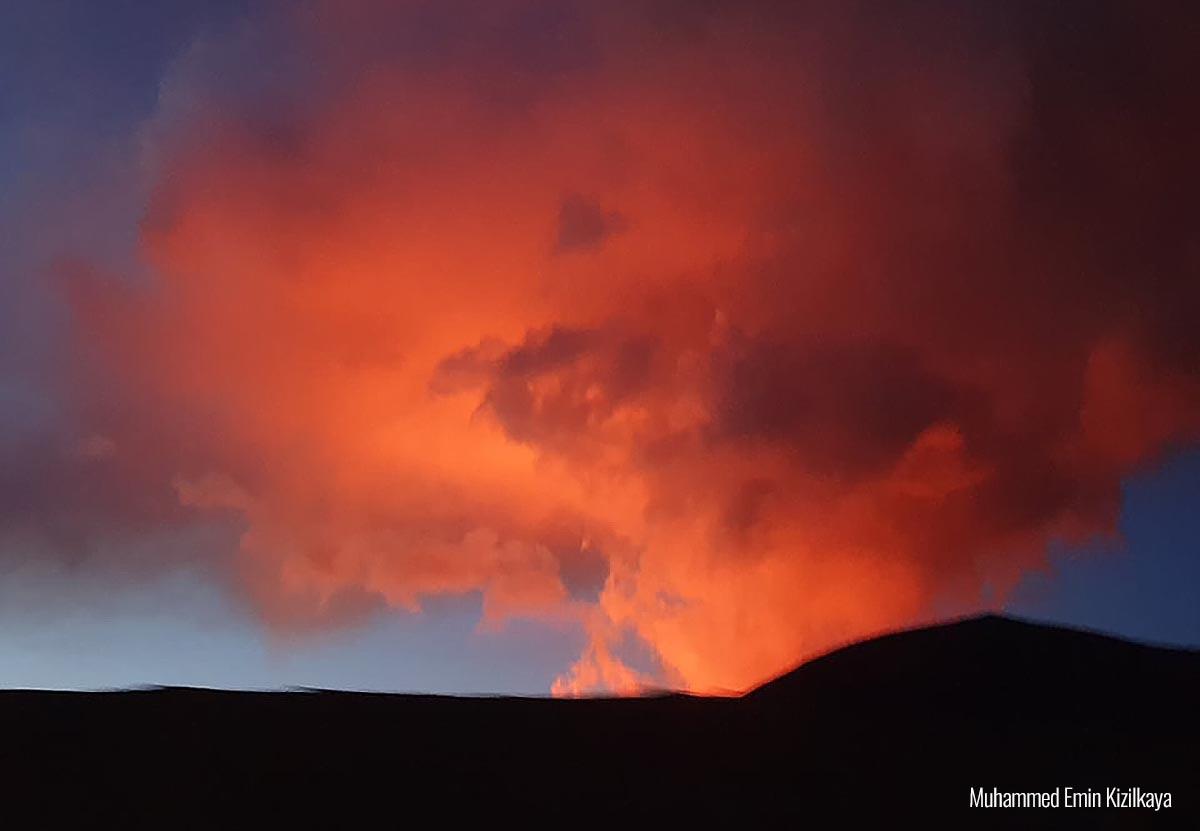 volcano-eruption-iceland-lava-fountains-smoke-cloud