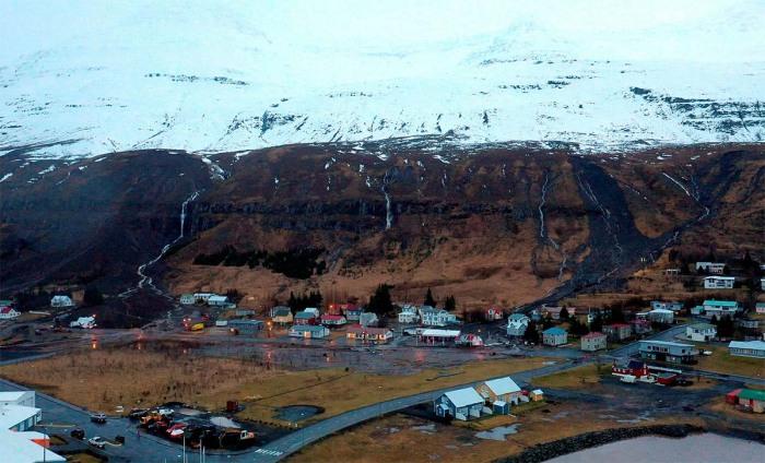 extreme-rain-iceland-landslide-wide-view