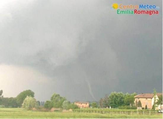 20140430_Nonantola_tornado_forming_1