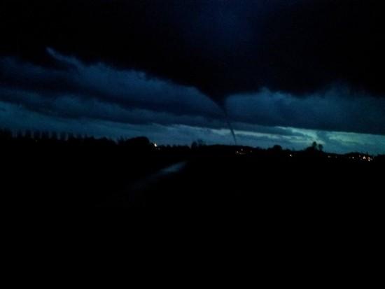 de-betuwse-tornado-om-17-36-gefotografeerd-van-de-prins-willem-alexanderbrug-bij-echteld-foto-gemma-spies
