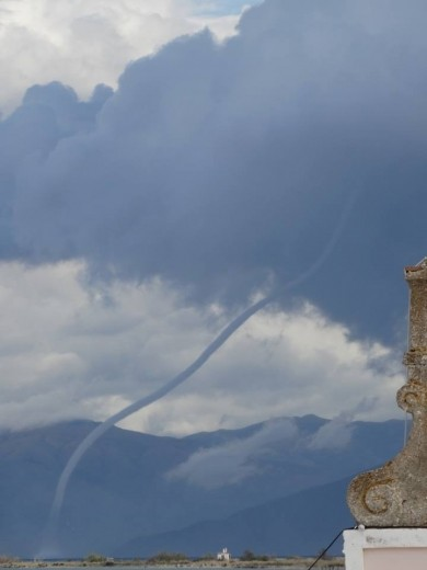 lefkimi_greece_waterspout_oct1_2013_2